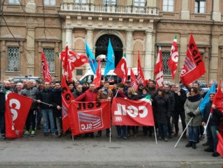 """Lavoratori di Telecity in piazza contro i licenziamenti: """"E' solo l'inizio della battaglia"""". Al loro fianco politica, istituzioni e cittadini CorriereAl"""