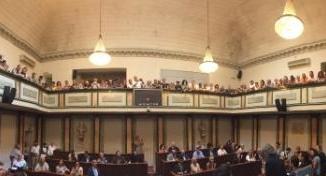 Folla e applausi al primo consiglio comunale di Palazzo Rosso: Locci eletto presidente, mentre nell'aria aleggia 'l'affaire' Aral CorriereAl