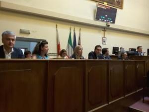 Folla e applausi al primo consiglio comunale di Palazzo Rosso: Locci eletto presidente, mentre nell'aria aleggia 'l'affaire' Aral CorriereAl 5
