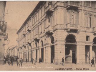 I portici di Corso Roma angolo Piazza Garibaldi, l'antica pavimentazione e la bancarella di Riccardo CorriereAl 2