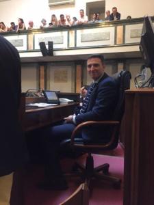 Folla e applausi al primo consiglio comunale di Palazzo Rosso: Locci eletto presidente, mentre nell'aria aleggia 'l'affaire' Aral CorriereAl 3